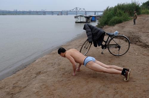Nhiều người vẫn tắm tiên ở sông Hồng dưới trời lạnh 9 độ