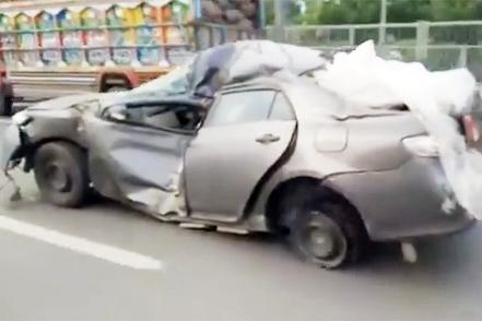 Oto Toyota bep dum van chay ngon lanh tren duong