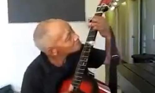 Cu ong danh dan guitar bang mieng gay to mo