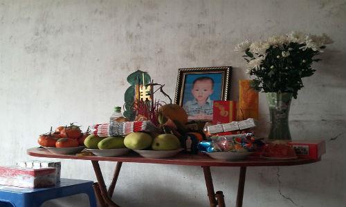 Be 3 tuoi chet tai truong: Thi the co vet tham dai tren nguc-Hinh-3