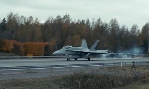 Xem chien co F-18 cat canh ngoan muc tu duong cao toc