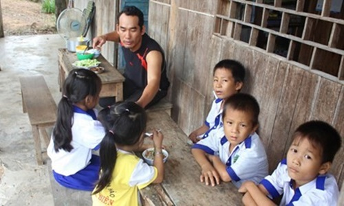 Cam phuc thay giao bam rung nuoi hoc tro ngheo