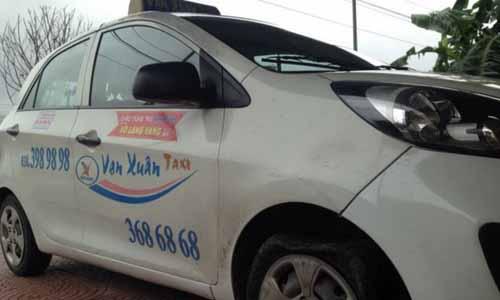 Ha Tinh: Tai xe taxi bi chem chet, vut xac xuong duong