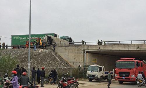 Container dam xe khach lat ngang duong cao toc Noi Bai – Lao Cai