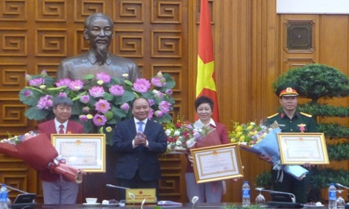 Thu tuong Chinh phu trao huan chuong hang nhat cho Hoang Xuan Vinh