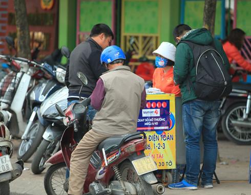 "Chua duoc phat hanh tai Ha Noi, ve so Vietlott ban ""chui"" dat hang"