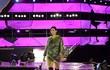 Người mẫu Hoàng Thùy đội mưa tổng duyệt show thời trang