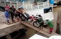 Hài hước xe máy lội nước như tàu ngầm