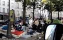 Cảnh người tị nạn vạ vật trên đường phố Paris