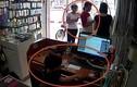 Video hai phụ nữ dàn cảnh để cậu bé trộm Iphone ở Hà Nội