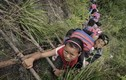 Thót tim ở ngôi làng học sinh trèo thang dọc vách núi