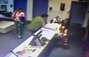 Chàng trai dùng một tay đỡ bé 3 tuổi đang rơi trong chớp mắt