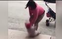 Video: Mẹ đá con liên tục vì không chịu nín khóc