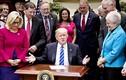 """Tổng thống Donald Trump ngồi bàn """"tí hon"""" ký sắc lệnh"""