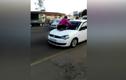 Vợ gào khóc trên nóc xe ngăn chồng ngoại tình