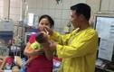 Con viêm phổi vì bố mẹ quấn chặt tránh giật mình
