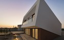 """Nhà mái dốc, kiến trúc """"méo mó"""" nhưng đẹp đến khó tin"""