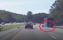 Xe ôtô container tự rụng bánh, gây tai nạn trên cao tốc