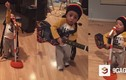 Ngỡ ngàng thần đồng âm nhạc 2 tuổi biểu diễn cực ngầu