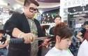 Trai trẻ cắt tóc bằng... kiếm Nhật gây sốc