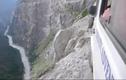 Run người lái ô tô trên con đường tử thần dãy Himalaya