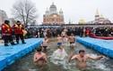 Rùng mình xem dân Kiev ngâm mình trong nước đá giữa đông