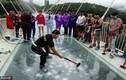 Thử độ bền của chiếc cầu kính ở Trung Quốc bằng búa tạ