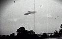 Xôn xao vật thể lạ giống UFO bay trên lâu đài cổ