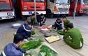Ảnh: Lính cứu hỏa mổ lợn, gói bánh chưng đón Tết