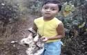 Bé trai tay không mang trăn thả về rừng
