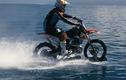 Dân chơi cưỡi mô tô vờn sóng trên biển không tin nổi