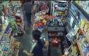 Cầm dao đi cướp bị nhân viên tiệm tạp hóa vác kiếm đuổi đánh