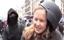 Tác nghiệp giữa đám đông biểu tình, nữ phóng viên bị đánh lật mũ