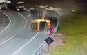 Xe tải lật nhào, tài xế lao qua kính chắn gió thoát chết