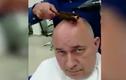 Cực dị người đàn ông trọc đầu đi cắt tóc