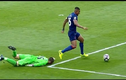"""Những tình huống """"lỗi bóng hài hước"""" của thủ môn năm 2017"""