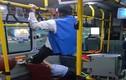 Chiếm ghế trên xe bus, chàng trai bị ông lão sút vào mặt