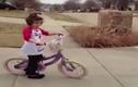"""""""Cười vỡ bụng"""" với những tình huống trẻ tập đi xe đạp"""