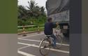 """Khiếp đảm nam thanh niên chạy xe đạp """"túm"""" đuôi xe tải"""