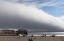 """Mây khổng lồ """"nuốt chửng"""" bãi biển như ngày tận thế"""