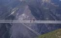 Video: Yếu tim, tốt nhất đừng đi trên cây cầu treo này