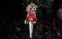 Video: Người mẫu biến thành bó hoa khổng lồ trên sàn diễn