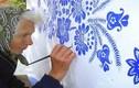 Cụ bà 90 tuổi mắt kém vẫn mải mê tự vẽ trang trí tường nhà