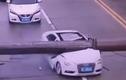 Video: Cần trục đè bẹp đầu ô tô Audi, tài xế thoát chết thần kỳ