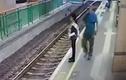 Video: Phẫn nộ người đàn ông vô cớ đẩy nữ lao công xuống đường ray