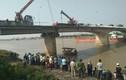 Hải Dương: Tông sập lan can cầu, xe ben bay xuống sông