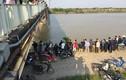 Hiện trường vụ tai nạn hi hữu xe ben lao sông Kinh Thầy