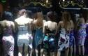 Quán bar bắt nhân viên mặc bikini phục vụ khách lúc rạng sáng