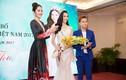 Hà Thu nhận vương miện, chính thức tham gia Miss Earth 2017