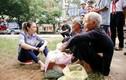 Sốt ảnh Mỹ Tâm ngồi bệt xuống vệ đường giao lưu cùng các cụ bà